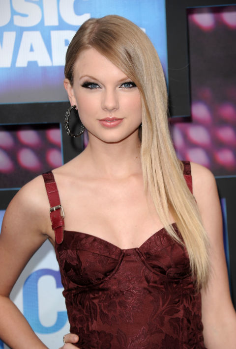 At the 2010 CMT Music Awards, the first event where she wore her hair straight.