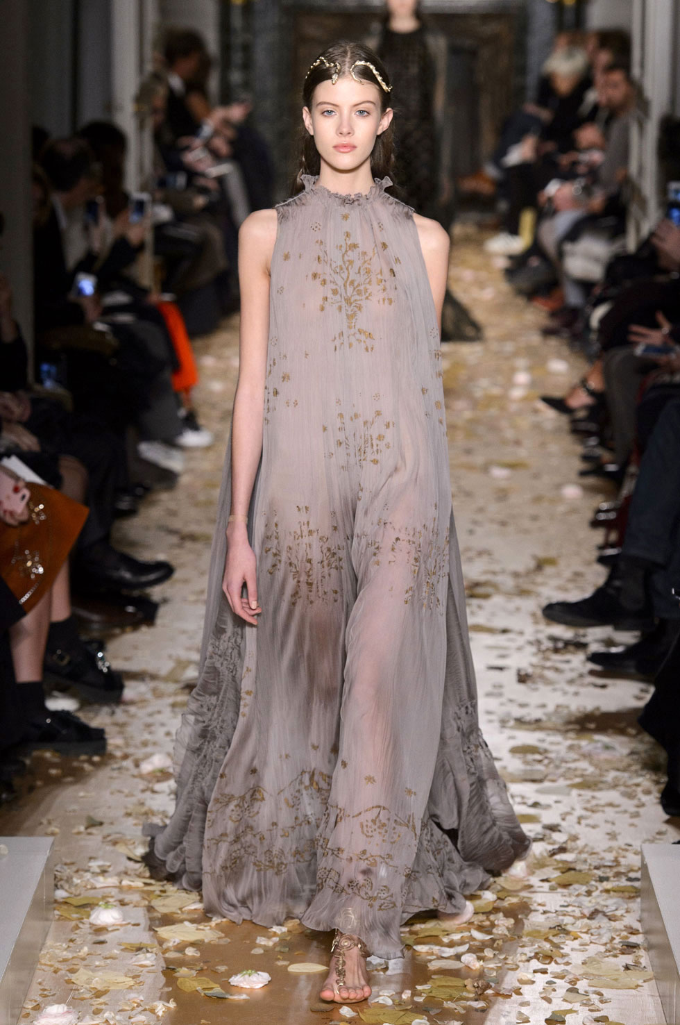 All the looks from the valentino spring summer 2016 haute for Couture vs haute couture