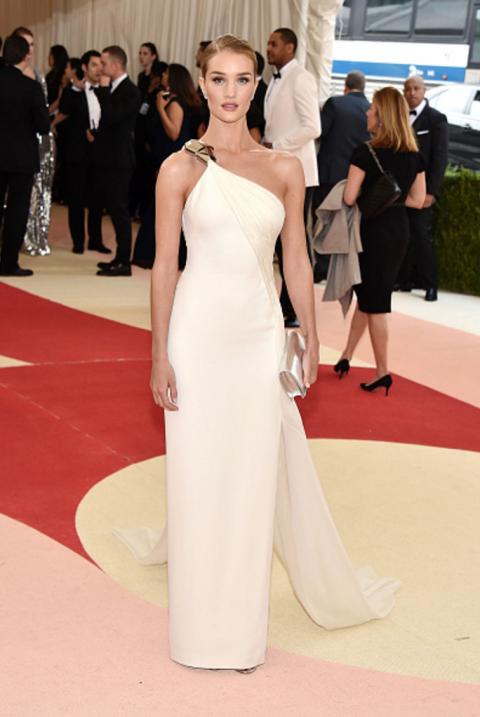 Vestindo um vestido de creme de um ombro com ouro detalhando no Gala Met 2016