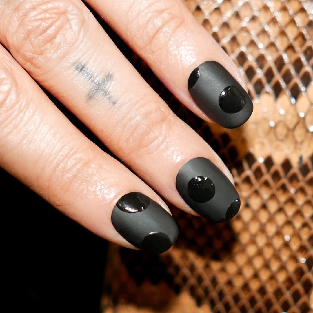 Матовый черный маникюр дизайн фото