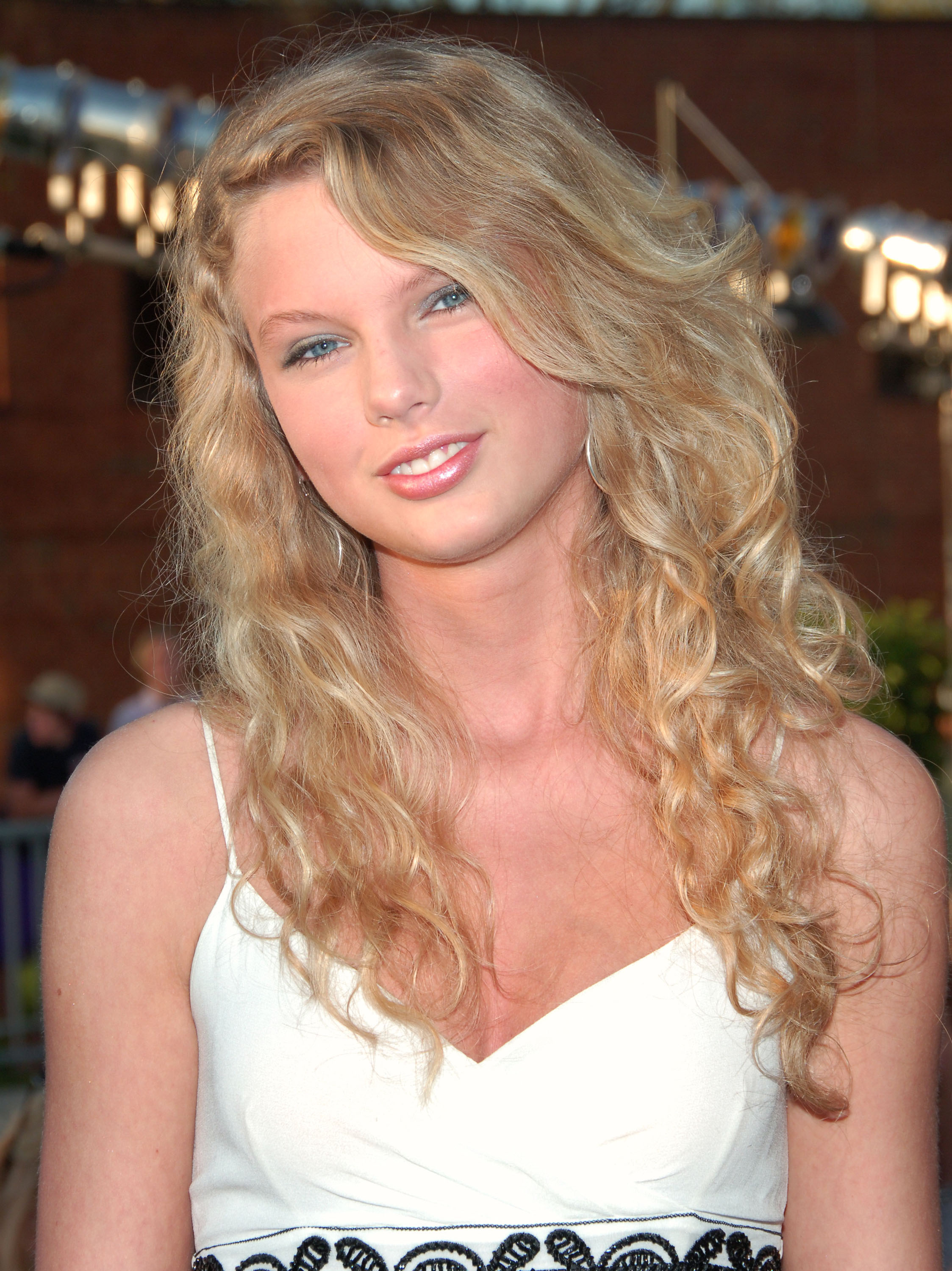 Surprising 5 Best Taylor Swift Hair Looks Taylor Swifts Signature Hairstyles Hairstyles For Women Draintrainus