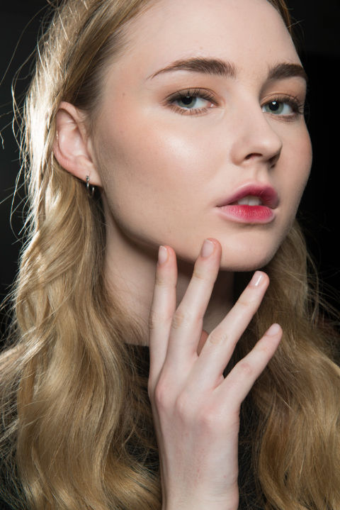 The vibe: Just kissed Get the look: Ombré skin-tone-to-pink lips and a hint of gold metallics on the lids stoodout against glowy skin.