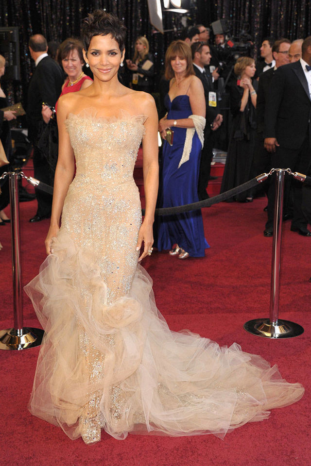 http://www.elle.com/fashion/celebrity-style/news/g7693/halle-berry-birthday-best-style-moments/?slide=4