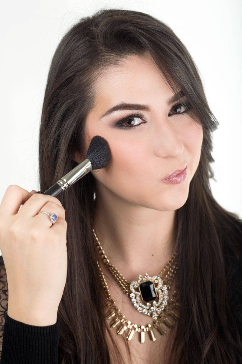 Here are 10 life saving makeup hacks that every girl needs to know right now! *Grin* 4